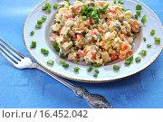 Купить «Традиционный салат оливье на тарелке с вилкой», эксклюзивное фото № 16452042, снято 19 января 2014 г. (c) lana1501 / Фотобанк Лори