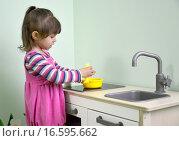 Купить «Двухлетняя девочка играет в детской кухне. Детский сад», фото № 16595662, снято 17 апреля 2014 г. (c) Ирина Борсученко / Фотобанк Лори