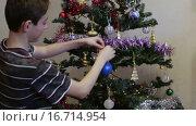 Купить «Подросток наряжает новогоднюю елку», видеоролик № 16714954, снято 30 ноября 2015 г. (c) Валентин Беспалов / Фотобанк Лори