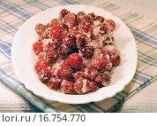 Купить «Замороженная клюква на тарелке», эксклюзивное фото № 16754770, снято 2 января 2014 г. (c) lana1501 / Фотобанк Лори