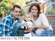 Счастливая молодая семья с маленький сыном. Стоковое фото, фотограф Оксана Лозинская / Фотобанк Лори