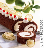 Купить «Chocolate sponge roll with lime quark cream filling», фото № 16789050, снято 18 августа 2018 г. (c) easy Fotostock / Фотобанк Лори