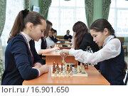 Школьницы играют в шахматы. Редакционное фото, фотограф Гузель Гарипова / Фотобанк Лори