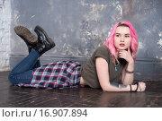 Девушка трудный подросток с розовыми волосами. Стоковое фото, фотограф Nataliya Pogodina / Фотобанк Лори