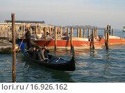 Купить «Венеция,гондола,гондольер,люди», фото № 16926162, снято 29 ноября 2015 г. (c) Робул Дмитрий / Фотобанк Лори