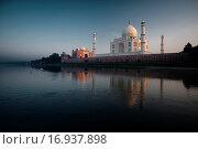 Купить «Jamuna River Birds at Sunset Taj Mahal», фото № 16937898, снято 21 марта 2019 г. (c) easy Fotostock / Фотобанк Лори