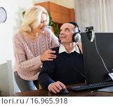 Pensioner sitting together at the computer. Стоковое фото, фотограф Яков Филимонов / Фотобанк Лори
