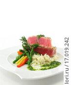 Tuna steak whole plate. Стоковое фото, фотограф Zoonar/C Thompson / easy Fotostock / Фотобанк Лори