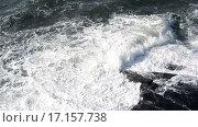 Купить «Волны бьются о скалы», видеоролик № 17157738, снято 20 апреля 2015 г. (c) Курганов Александр / Фотобанк Лори