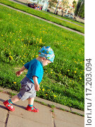 Купить «Little boy walking away on a path», фото № 17203094, снято 22 апреля 2018 г. (c) easy Fotostock / Фотобанк Лори