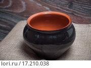 Купить «Черный глиняный горшок», фото № 17210038, снято 19 сентября 2015 г. (c) Алёшина Оксана / Фотобанк Лори