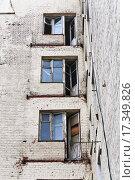 Балконные двери и окна в старом заброшенном доме (2015 год). Стоковое фото, фотограф Алёшина Оксана / Фотобанк Лори