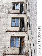 Балконные двери и окна в старом заброшенном жилом доме (2015 год). Стоковое фото, фотограф Алёшина Оксана / Фотобанк Лори