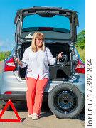 Купить «Женщина собирается менять колесо автомобиля», фото № 17392834, снято 25 июля 2015 г. (c) Константин Лабунский / Фотобанк Лори