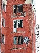 Балконные двери старого заброшенного жилого дома в стиле конструктивизма (2015 год). Стоковое фото, фотограф Алёшина Оксана / Фотобанк Лори