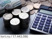Купить «Российские деньги в виде банкнот и монет с калькулятором», фото № 17443086, снято 25 декабря 2015 г. (c) Александр Калугин / Фотобанк Лори