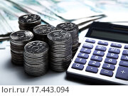 Купить «Российские деньги в виде банкнот и монет с калькулятором», фото № 17443094, снято 25 декабря 2015 г. (c) Александр Калугин / Фотобанк Лори