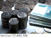 Купить «Российские деньги в виде банкнот и монет», фото № 17443106, снято 25 декабря 2015 г. (c) Александр Калугин / Фотобанк Лори