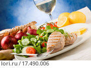 Grilled Tuna Steak with Salad. Стоковое фото, фотограф Francesco / easy Fotostock / Фотобанк Лори
