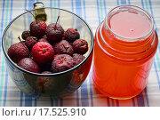 Купить «Усыхающие райские яблочки и компот в банке», эксклюзивное фото № 17525910, снято 25 октября 2015 г. (c) lana1501 / Фотобанк Лори