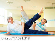 Portrait of sporty females doing physical exercise in sport gym. Стоковое фото, фотограф Stockbroker xtra / easy Fotostock / Фотобанк Лори