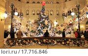 Купить «Новогодняя ёлка, Москва, ГУМ», видеоролик № 17716846, снято 24 декабря 2015 г. (c) Яна Королёва / Фотобанк Лори