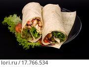 Шаурма с салатом на тарелке на черном фоне. Стоковое фото, фотограф Татьяна Зарубо / Фотобанк Лори