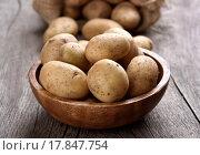 Купить «Свежая сырая картошка в деревянной миске на столе», фото № 17847754, снято 19 мая 2015 г. (c) Татьяна Волгутова / Фотобанк Лори