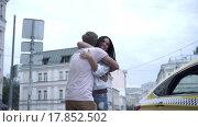 Купить «Young couple in a taxi outdoors», видеоролик № 17852502, снято 24 декабря 2015 г. (c) Raev Denis / Фотобанк Лори