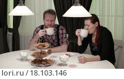 Купить «Мужчина и женщина пьют чай за столом», видеоролик № 18103146, снято 22 декабря 2015 г. (c) Валентин Беспалов / Фотобанк Лори
