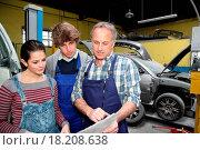 Купить «Teenagers in professional training with garage woner», фото № 18208638, снято 19 сентября 2018 г. (c) easy Fotostock / Фотобанк Лори