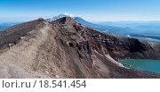 Группы туристов на краю кратера вулкана Горелый. Камчатка, Россия. Стоковое фото, фотограф Валерий Трубицын / Фотобанк Лори