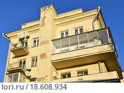 Купить «Шестиэтажный двухподъездный кирпичный жилой дом в стиле конструктивизма. Улица Воронцово Поле, 5-7, строение 8. Москва», эксклюзивное фото № 18608934, снято 29 декабря 2015 г. (c) lana1501 / Фотобанк Лори
