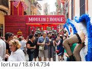 Купить «Decorated streets of Gracia district. Moulin rouge film theme», фото № 18614734, снято 16 августа 2015 г. (c) Яков Филимонов / Фотобанк Лори
