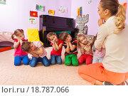 Воспитатель в детском саду играет с детьми, фото № 18787066, снято 28 ноября 2015 г. (c) Сергей Новиков / Фотобанк Лори