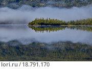 Туманное утро на полуострове. Озеро Джека Лондона. Магаданская область. Стоковое фото, фотограф Юрий Слюньков / Фотобанк Лори