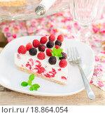 Купить «Чизкейк со свежими ягодами», фото № 18864054, снято 10 июля 2014 г. (c) Татьяна Ворона / Фотобанк Лори