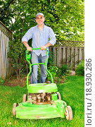 Купить «Man mowing lawn», фото № 18930286, снято 25 мая 2018 г. (c) easy Fotostock / Фотобанк Лори