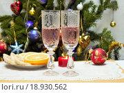 Хрустальные бокалы с розовым вином, на фоне ёлки. Стоковое фото, фотограф Irina Ugorova / Фотобанк Лори