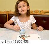 Купить «Маленькая девочка расписывает красками кормушку для птиц», фото № 18930658, снято 6 декабря 2015 г. (c) Ирина Борсученко / Фотобанк Лори