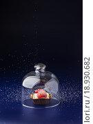Купить «Тарталетка с клубникой под стеклом и дождь из сахара», эксклюзивное фото № 18930682, снято 26 декабря 2015 г. (c) Юрий Шурчков / Фотобанк Лори