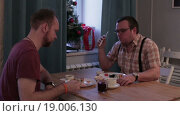 Купить «Двое мужчин едят суши», видеоролик № 19006130, снято 1 января 2016 г. (c) Валентин Беспалов / Фотобанк Лори