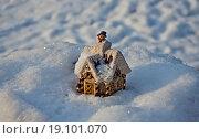 Игрушечный домик со снеговиком в сугробе. Стоковое фото, фотограф Анатолий Платонов / Фотобанк Лори