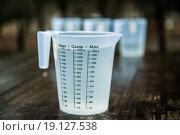 Пластмассовый кувшин, наполненный водой, объемом 1,5 литра. Стоковое фото, фотограф Петров Игорь Алексеевич / Фотобанк Лори