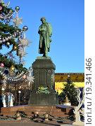 Купить «Памятник А. С. Пушкину на Пушкинской площади в Москве», эксклюзивное фото № 19341466, снято 28 декабря 2015 г. (c) lana1501 / Фотобанк Лори