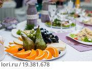 Купить «Фрукты на сервированном столе», эксклюзивное фото № 19381678, снято 13 сентября 2015 г. (c) Игорь Низов / Фотобанк Лори