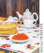 Красная икра в блюдце на фоне блинов. Стоковое фото, фотограф Алёшина Оксана / Фотобанк Лори