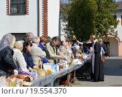 Купить «Освящение верующих и куличи на Пасху в Калининграде», фото № 19554370, снято 19 апреля 2014 г. (c) Ирина Борсученко / Фотобанк Лори