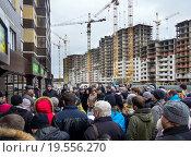 Купить «Собрание людей у строительной площадки», фото № 19556270, снято 20 декабря 2015 г. (c) Вячеслав Палес / Фотобанк Лори