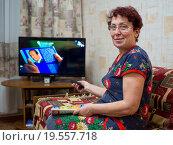 Купить «Пожилая женщина смотрит телевизор», эксклюзивное фото № 19557718, снято 27 декабря 2015 г. (c) Вячеслав Палес / Фотобанк Лори